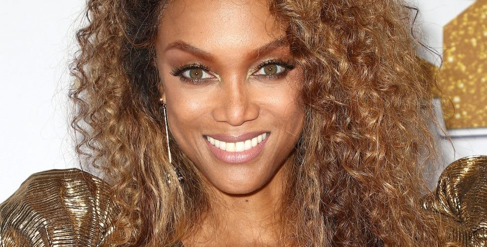 Tyra Banks Jumps Out Of Car To Photograph A Woman On A Photo Shoot